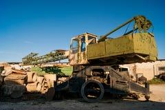 Vieille grue rouillée abandonnée d'extrémité garée Photo libre de droits