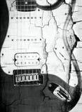 Vieille guitare électrique sur le blanc Image libre de droits