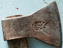 Vieille hache rouillée en métal Photographie stock