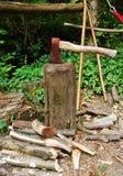 Vieille hache sur le bloc en bois Photos stock