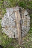 Vieille hache sur une plate-forme en bois photo libre de droits