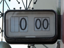 Vieille horloge électrique numérique de rue avec les nombres arrêtés Photos libres de droits