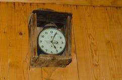 Vieille horloge accrochant sur le mur photographie stock libre de droits