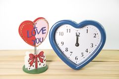 Vieille horloge avec amour Photos stock