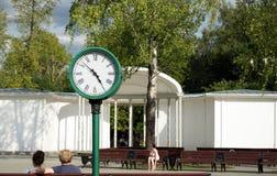 Vieille horloge avec le cadran romain en parc de ville image stock