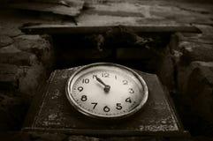 Vieille horloge avec une flèche indicatrice Photos stock