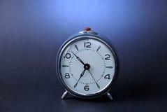 Vieille horloge d'alarme bleue Image libre de droits