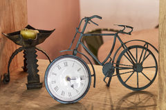 Vieille horloge de bicyclette de fer Photographie stock libre de droits