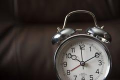 Vieille horloge de mode sur le fond foncé image libre de droits