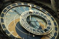 Vieille horloge de mur avec la position de lune et de soleil Photos libres de droits
