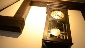 Vieille horloge de pendule sur le mur dans le château de son banque de vidéos