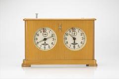 Vieille horloge en bois d'échecs d'isolement sur le fond blanc Photos libres de droits