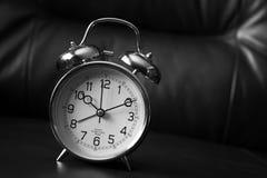 Vieille horloge noire et blanche de mode sur le fond foncé image libre de droits