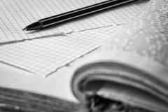 Vieille horloge, pages de papier dans une cage, un stylo sur un livre sage Concept d'éducation photographie stock libre de droits