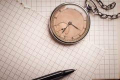 Vieille horloge, pages de papier, un stylo sur un livre sage Concept d'éducation photographie stock libre de droits