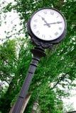 Vieille horloge quatre-dégrossie classique de rue photo stock