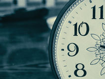 Vieille horloge sur la table Photo libre de droits