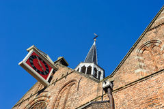 Vieille horloge sur la tour traditionnelle de brique Photo stock