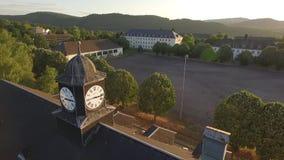 Vieille horloge-tour dans le crépuscule banque de vidéos