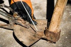 Vieille houe cassée de soudure avec l'électrocautérisation Photo libre de droits