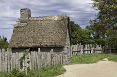 Vieille hutte employée par les premiers immigrés venant avec la fleur printanière au XVIIème siècle Photo stock