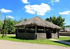 Vieille hutte en bois avec un toit de paille Photo libre de droits