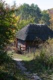 vieille hutte en bois parmi les arbres Photographie stock libre de droits