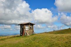 Vieille hutte sur la colline Photos stock
