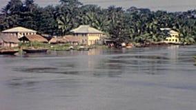 Vieille hutte sur la lagune de Lagos banque de vidéos