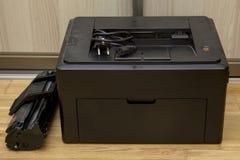 Vieille imprimante à laser de bureau avec la cartouche photographie stock