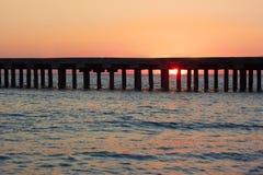 Vieille jetée de mer au coucher du soleil Images stock