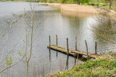 Vieille jetée en bois dans le secteur de lac, Angleterre Image stock