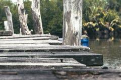 Vieille jetée en bois entourée par nature au jour ensoleillé photo stock