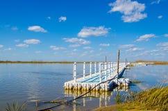 Vieille jetée un jour chaud à un lac néerlandais avec le ciel bleu Images libres de droits