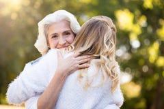 Vieille jolie femme embrassant sa fille Image stock