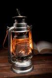 Vieille lampe à pétrole brûlante photo stock