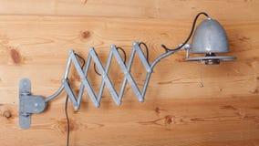 Vieille lampe électrique, harmonica, sur un mur en bois, la Suisse Images stock