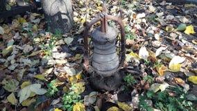 Vieille lampe classique Lampe de kérosène poussiéreuse de cru avec le verre sale et le rouillement photo libre de droits