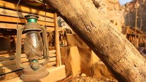Vieille lampe de lanterne à l'arbre clips vidéos