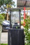 Vieille lanterne de style de vintage dans le jardin photo libre de droits