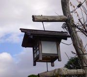 Vieille lanterne en bois au jardin japonais Images stock