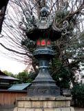 Vieille lanterne en métal au tombeau de Yasukuni Photos libres de droits