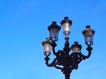 Vieille lanterne et ciel bleu Photos stock