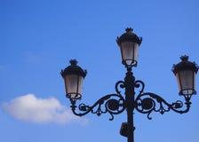 Vieille lanterne et ciel bleu Image stock
