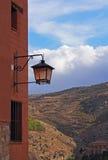 Vieille lanterne et ciel bleu Images stock