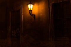 Vieille lanterne illuminant une rue sombre Image libre de droits