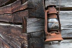 Vieille lanterne rouillée sur le mur en bois Image libre de droits