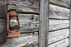 Vieille lanterne rouillée sur le mur en bois Images stock
