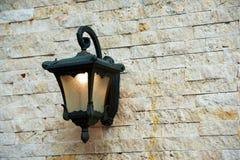 Vieille lanterne sur un mur de briques Images stock