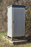Vieille latrine dans le pré Photos stock
